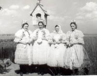 Ženy ve starobřeclavském kroji, 1959
