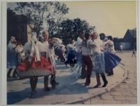Krojovaná chasa při tanci, 80. léta 20. stol.