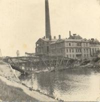 Provizorní most vedle zničenho Johannesbrucke u břeclavského cukrovaru, 1945